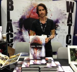 Michael Easton at Comic Con 2015. Thanks to Taylor Rose for permission to use this great photo!