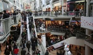 christmas-mall-shoppers-toronto