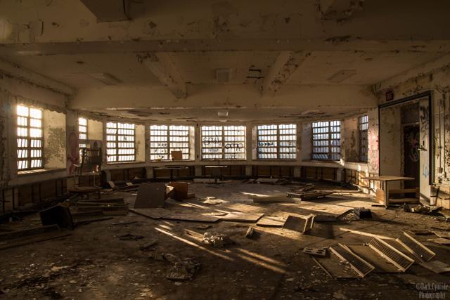hrpc-dayroom-abandoned-hudson-river-hospital-pougkeepsie-7